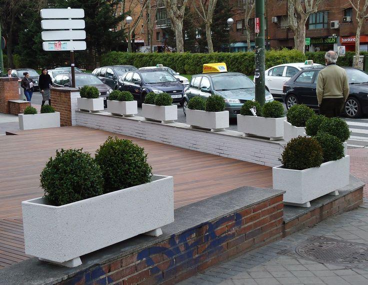 Jardineras para adornar un muro y diferenciar el paso de for Muro de separacion terraza