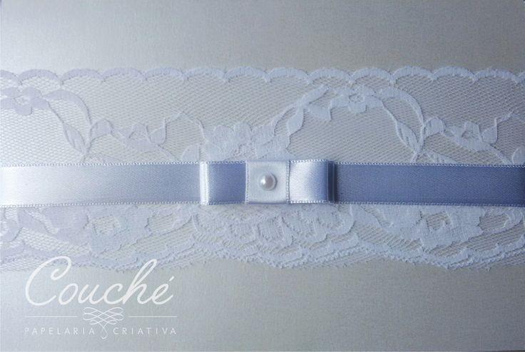 Convites de Casamento. Branco com renda, laço e pérola. Papel Aspen Branco Perolado 250g. couchecriativa@gmail.com