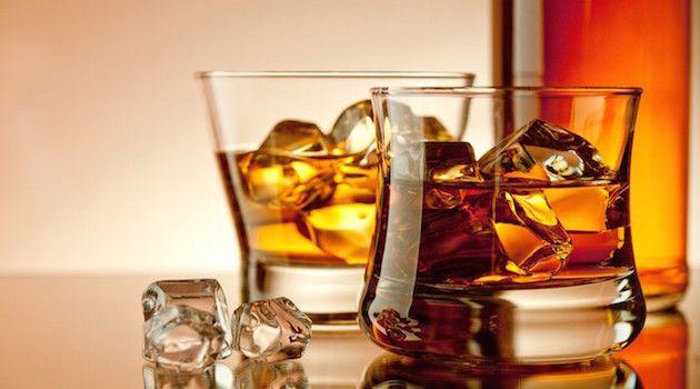 """Viskiyi Bir Patron Edasıyla İçmenizi Sağlayacak 8 İpucu. Galce'de """"hayat suyu"""" anlamına gelen viski tüm içkiler bir yana, viski bir yana dedirtiyor."""
