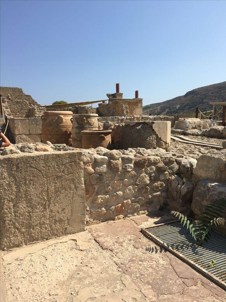 Temple de Knossos, Crête. Ce jour-là, visite guidée au Temple de Knossos, sous un soleil de plomb (45 degrés). Mais cela en valait la peine regarder cela !!! Ce sont des jarres que se servaient les grecs pour mettre le liquide. 😍