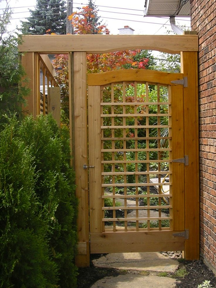 Une porte, mais aussi une invitation à la cour, au jardin. A door, but also an invitation to the yard, the garden.