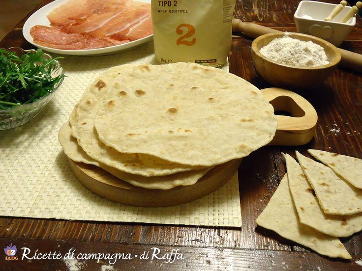 La piadina fatta in casa in padella è un mio libero adattamento della specialità tipica romagnola. Per 6 piadine bastano due cucchiai di olio o di strutto.