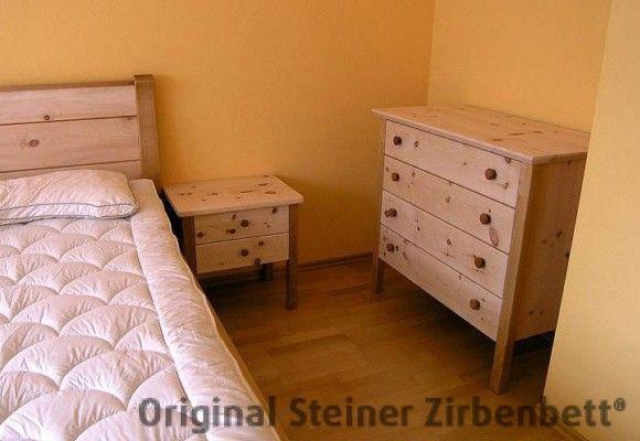 Zirbenholz-Kommode, Nachttisch und Zirbenbett kombiniert mit Kirschbaum