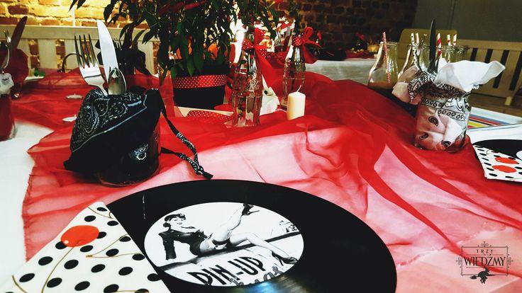 Wieczór panieński w klimatach rockabilly - połączenia kobiecych lat '50, stylu pin-up i rock'n'rolla. Dekoracja stołu - płyty winylowe ze specjalnie przygotowanymi grafikami. Jako centralna dekoracja stołu - chilli, w towarzystwie butelek coca cola. / '50, pin-up, rock, rockabilly, party, Bachelorette party, girls, night, ideas, decoration, red, black, blue, stars,  vinyl, records, decorations, graphic, mason jar,  ideas, polka dots, napkins, cheery, chilli, centerpieces, coca-cola, bottle.