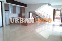 SPESIFIKASI RUMAH •Status: SHM •LT: 343 m2 / LB: 622m2  •Lantai: semi-basement, lantai dasar, lantai 1, lantai attic/rooftop •Rua •ngan: ruang tamu, ruang makan & keluarga, dapur bersih dan dapur kotor, ruangduduk/belajar, •Kamar : 1 kamar tidurutama, 2 kamar tidur, 1 kamar tidur tamu, •Kamar Mandi : 4 kamar mandi, •ruangattic/study/rooftop garden•        •Garasi 4+ mobil, •Kamar Pembantu : 2 kamar pembantu + km mandi, •Pos jaga        •Harga penawaran: Rp. 45 milyar LOKASI ...
