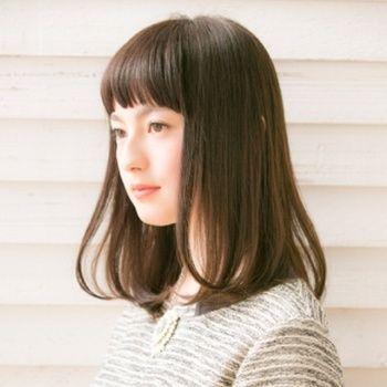 清純派の黒髪ミディアムストレート♡ ぱっつん前髪のレディースヘアのアイデアまとめ。 もっと見る