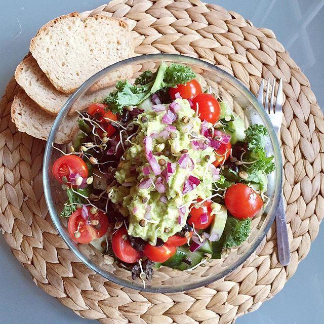 🍃Salát s avokádovým dipem (rajče,cuketa,hlavkový salat,zakaple citronem+ vidličkou rozmačkané avokado,ul,pepr,pomaz.maslo lžice,citron)