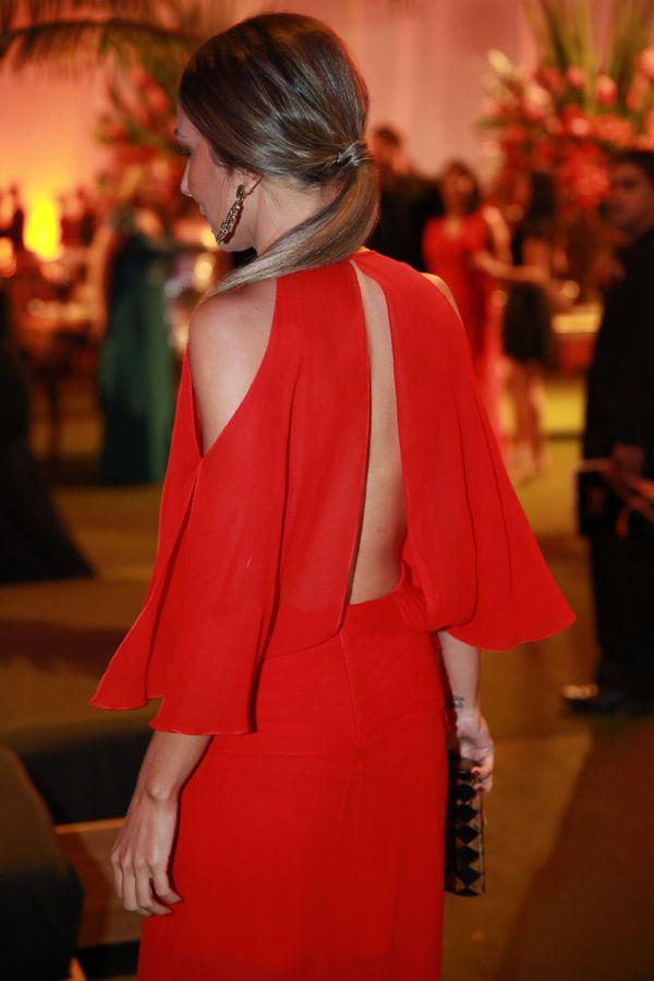 """Sabe um vestido que você veste e se acha? Ahahahahaha! Foi assim que me senti com esse vestido. Deusa da balada! kkkk. Ai, gente. É bom demais se vestir com uma coisa que adora e se sente bem, não é verdade? Esse longo da Adriana Barra, que aluguei na Dress&Go, é coisa de princesa moderna. … Continue lendo """"Look do Dia- Vestido Longo Baile de Formatura"""""""