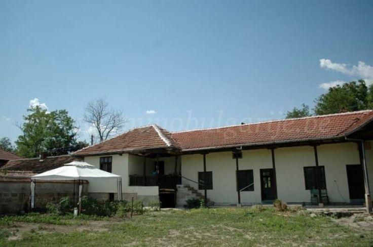Huis (200m2) met 3 slaapkamers in Ostritsa  Te koop: traditioneel huis met 4 slaapkamers in Ostritsa. Ostritsa is een dorp gelegen in de heuvelachtige landschappen van de provincie Ruse in het centrale noorden van Bulgarije. Rondom het dorp zijn er prachtige rots kliffen die samen met de rivier Cherni Lom een rustgevende factor toevoegen....