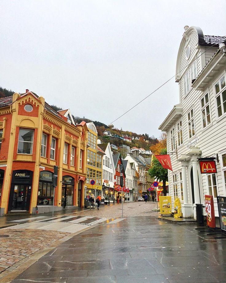 Det finnes ikke dårlig vær bare dårlige klær!  (Nie ma złej pogody są tylko złe ubrania)  - #bergen #belekaj #godej #rajza #visitbergen #norwegia #norway #ignorway #podróże #podroze #podróż #zwiedzamy #zwiedzanie #blogipodroznicze #blogtroterzy #polishtravelblogs #jesień #podrozemaleiduze #blogpodrozniczy #visitnorway #bryggen #oldtown
