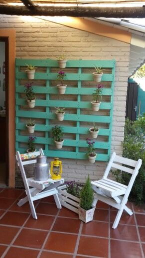 Nuestro proyecto de verano 2014. Reciclamos pallets y sillas plegables antiguas para crear un jardin vertical. Precioso!!