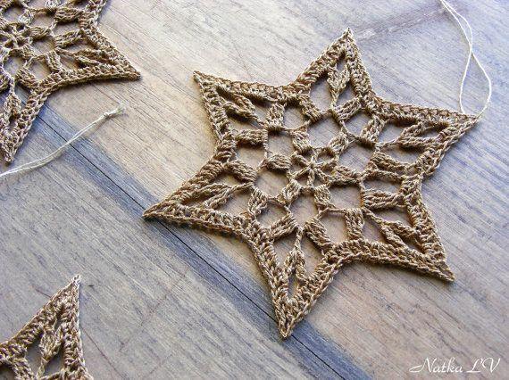 Voici 6 Etoiles belle au crochet ou des flocons de neige pour la décoration de votre maison ou au bureau. Ils sont adaptés comme décorations pour sapin de Noël, comme un décor de fenêtre ou comme Tenture murale. Pourrait être un parfait cadeau de Noël. Peut également être une décoration pour le jour de Hanoucca comme Magen David (étoile de David) !  Diamètre : environ 5(13 cm) pour chaque étoile / flocon de neige. Matériaux : fil. Couleur : beige avec de lor.  À la main au crochet avec amour…