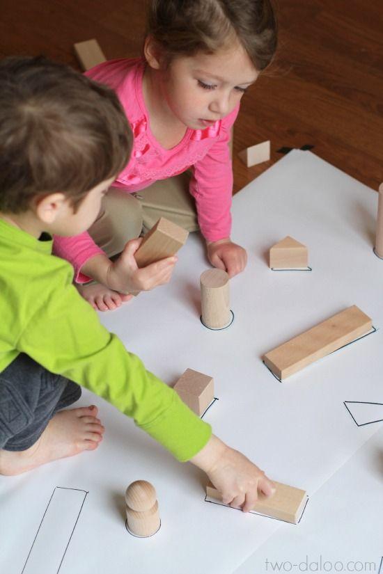 Je maakt zelf deze 'puzzel' in een paar minuten! Met een paar materialen zoals uit blokken. De kinderen moeten proberen uit te zoeken waar het blokje goed op past!