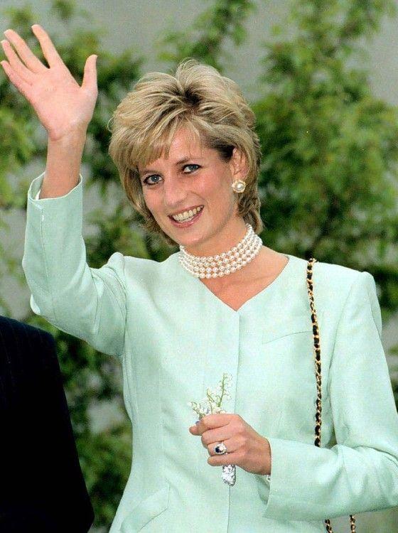 Alguns dos terninhos criados pela estilista Catherine Walker, uma das preferidas de Diana, farão parte da exposição (Foto: Reprodução)