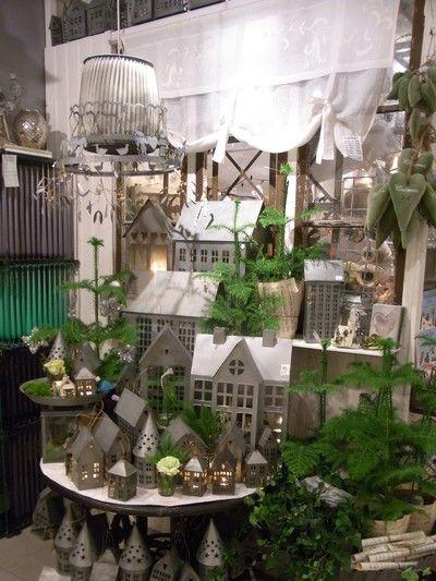 Grönbergs Interiör, en butik byggd på känsla i fransk-dansk stil, fransk vintage. Vi åker några gånger om året till Paris där vi handlar på franska loppisar. Vi åker också runt i övriga Europa och köper in för att kunna erbjuda våra kunder ett handplockat genuint sortiment samt för att få den rätta känslan och skapa en inspirerande och vacker atmosfär.   Vi som arbetar på Grönbergs är utbildade kommunikatörer/dekoratörer och florister med en fingertoppskänsla och en stor kärlek till männ...