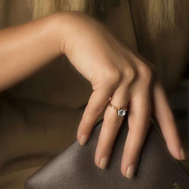 Almas'ın eşsiz elmas tektaş yüzüyle kusursuz zerafet, sonsuz ışıltı... #atasay #atasayjewelry #atasayalmas #almas #elmas #yuzuk #yüzük #tektaş #tektas #sukadarcik #hergunkutlanmayadeger #kutlamayaatasayyeter