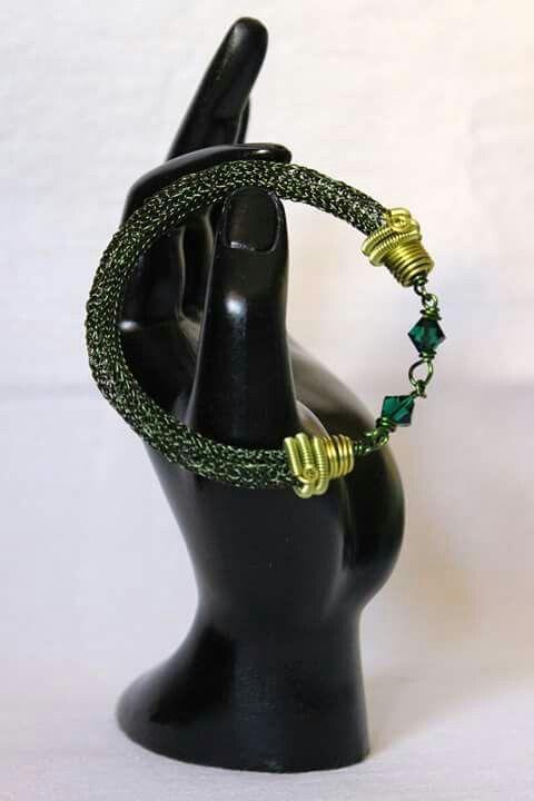 Gioie in Wire.  Bracciale in rame color verde oliva e verde acido lavorato con tecnica Viking knit e decorato con biconi di vetro.  Chiusura regolabile