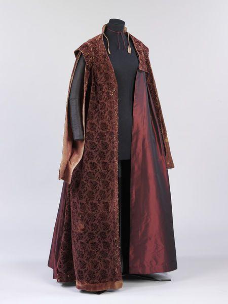 1610-1620, England (made) and Italy (velvet) - Gown - Silk velvet, silk, linen, silk thread, linen thread, hand-sewn