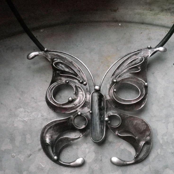 Motýl noci... Šperk je vyroben z cínu, disthenu. Rozměry šperku jsou 9 x 8 cm. Šperk je zavěšen nakoženém řemínku délky 50 cm, který je zakončen ručně vyrobeným zavíráním. Při výrobě nepoužívám žádné kupované komponenty, vše je ruční práce. Na záčátku každého šperku je pouze kámen, cín a drát. Ke šperku si můžete přiobjednat náušnice či prsten ...