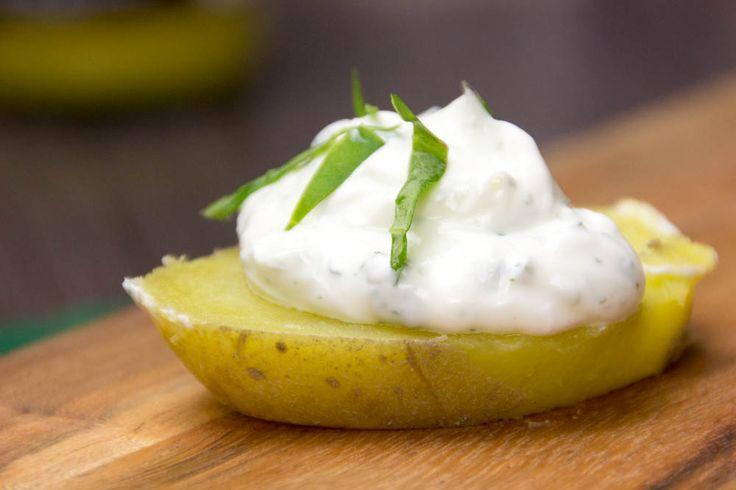 Beim sommerlichen Grillen darf eine Sour Cream nicht fehlen. Sie passt du allen Fleischsorten. Du kannst sie zum Dippen von Brot oder Gemüse verwenden.