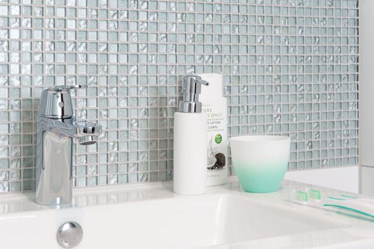 Kraan met ronde vormen combineert goed in deze badkamer. Ga voor contrast; combineer grote strakke tegels met kleine mozaïktegels en plaats ronde vormen in je badkamer. Zoals een designradiator met ronde buizen en een kraan met ronde vormen.