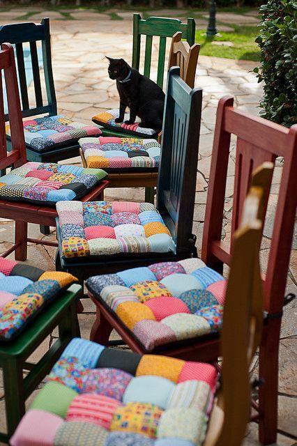 Almofadas coloridinhas em cadeiras de madeira: Existe coisa mais fofa?