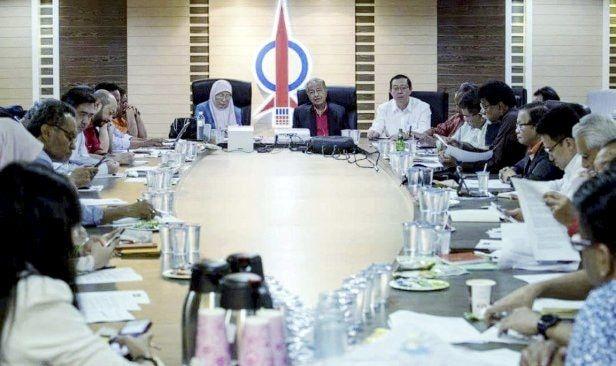 """""""Perjuangan Tun M kini tersungkur di kaki DAP""""   KUALA LUMPUR: Kehadiran Tun Dr Mahathir Mohamad di ibu pejabat DAP malam tadi disifatkan penganalisis sebagai membayangkan terhentinya perjuangan Pengerusi Parti Pribumi Bersatu Malaysia (PPBM) itu menentang konsep Malaysian Malaysia yang memperjuangkan hak persamaan kaum oleh parti sosialis terbabit.  Kunjungan julung kali pengerusi pakatan pembangkang bagi mempengerusikan mesyuarat Majlis Presiden Pakatan Harapan itu dilihat amat signifikan…"""
