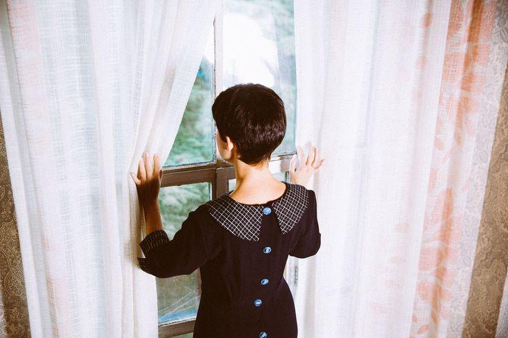 60% wool 40% polyester dress and fitted with clamps. Buttoned in the back. 100% cotton cuffs and collar tissue checkered. Vestido 60% lana 40% Poliester con corte en la cintura y entallado mediante pinzas. Abotonado en la parte posterior. Puños y cuello en tejido de cuadros 100% Algodón.
