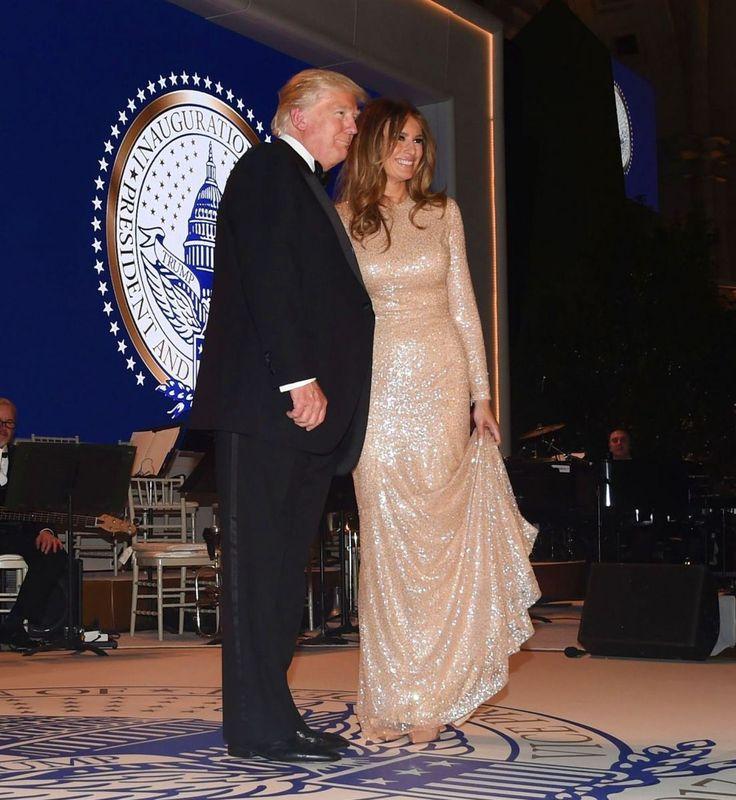 Для торжественного ужина в честь предстоящей инаугурации новоизбранного президента США Дональда Трампа его жена Мелания выбрала эффектное платье. Бывшая супермодель и новая первая леди Америки Мелания Трамп остается верной своему сексуальному стилю. На мероприятии, посвященном предстоящей инаугурации Дональда Трампа, супруга 45-го президента США появилась в «золотом» платье от дизайнера Reem Acra. Силуэт платья «русалка» выгодно подчеркнул женственную фигуру Мелании Трамп.