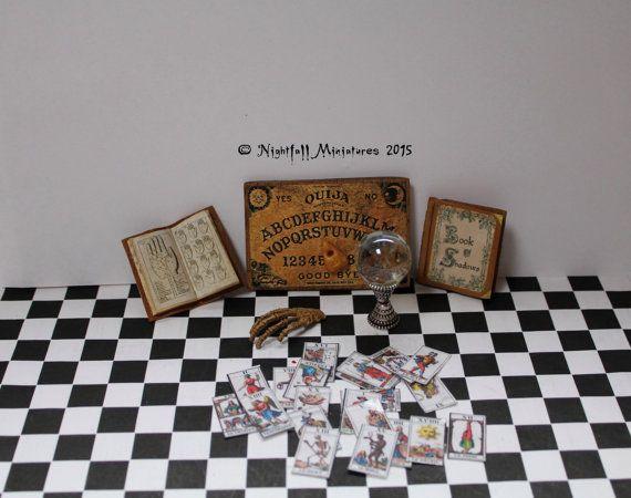 Puppenhaus Miniatur Weissagung Set Crystal Ball Ouija-Brett Tarot-Karten im Maßstab 1:6
