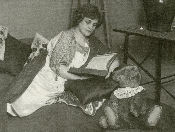 Примерно 1925 год. Тэффи во времена эмиграции