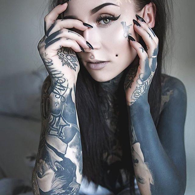 Девушки с татуировками на лице