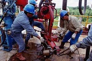 Semakin menurunya harga minyak dunia hingga menembus level US$ 50/ barel dalam beberapa bulan terakhir ini mulai dirasakan imbasnya oelh perusahaan minyak dunia, salah satu yang terkena imbasnya adalah PT Pertamina (Persero).