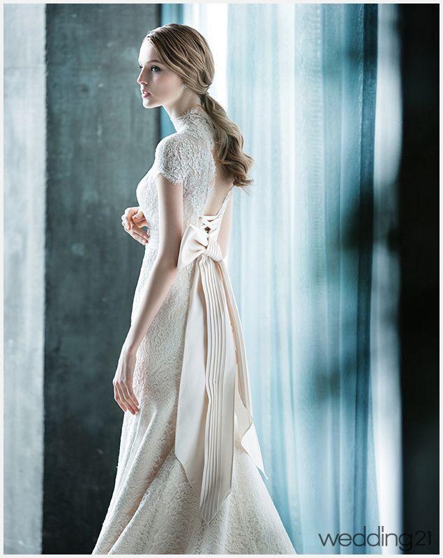 고급스러운 크림 컬러의 레이스 드레스. 우아한 웨딩 신을 연출하고픈 신부에게 제격이다. 가격미정. 브라이드메르시