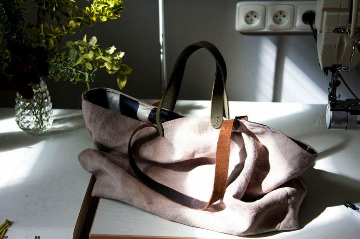Lniana torba z podszewką. Dwie pary rączek o różnej długości, do noszenia w ręce i na ramieniu.