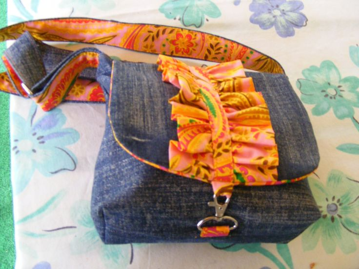 I love the colorful addition of an orange frill and the linings reveal the same fabric. Prettied up #recyled #denim #purse