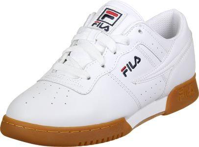 La marque italienne Fila est maintenant disponible dans notre shop et elle a conçu de superbes sneakers : la chaussure Fila Heritage Guard L Low est lun de ses modèles, elle a juste un superbe style propre.  La partie intérieure est équipée dune éponge souple, tandis que la semelle antidérapante assure un bon appui. Cette chaussure a un look simple et classique et la broderie du logo est juste magnifique.