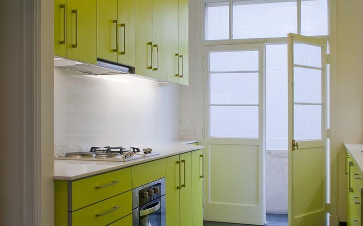 Nicolas loi arquitectos cocina muebles verde pistacho amarillo piso gris piedra pizarra