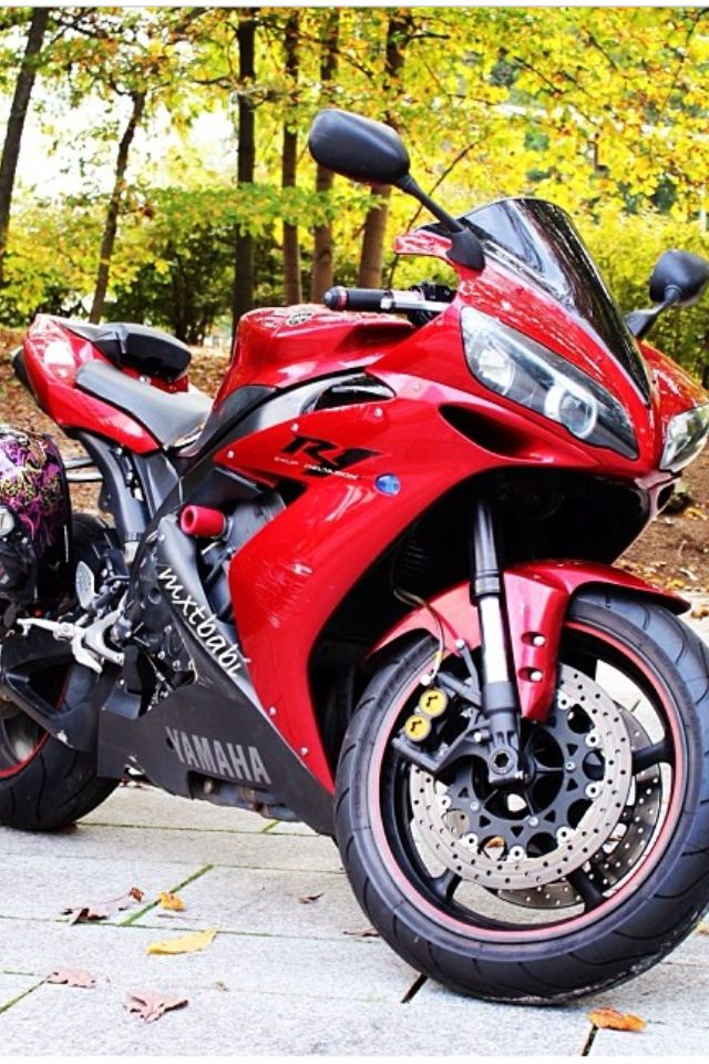 Clean R1! LOVED THIS GENERATION R1! ✊ bike owner/ photo cred. is  @mxtbabi   REMAINING 2>4 shirts $15!! And FREE SHIPPING ON ALL T-SHIRTS!! Visit website below to purchase  www.sportbikemods.com/store  #sportbikemods #sportbike #2wheels #tshirt #apparel #forsale #superbike #crotchrocket #motorcycle #lifestyle #bikelife #r1 #yamaha #yzfr1