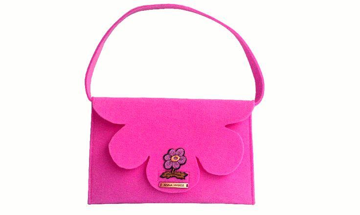 Urocza torebka z różowego filcu z kwiatkiem dla małej panienki.