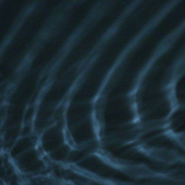 LLUM BCN 2015 | IYL2015 AIL2015. Unos sensores registraban el movimiento de las personas q se traducía en señales q hacían vibrar unos altavoces situados bajo unos recipientes llenos d agua donde se visualizaba las ondas generadas por el altavoz. El agua en movimiento iluminada por focos reflejaba las ondas de luz en paredes y techo.1 espacio q funcionaba como 1 caja d resonancia latiendo c/los pasos d los visitantes gracias a la correspondencia entre ondas sonoras,ondas d agua y ondas…