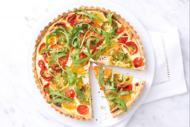 Portate in tavola questa colorata e gustosa crostata di pomodori, tante varietà per apprezzare una torta rustica davvero molto particolare!
