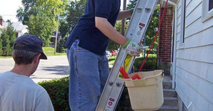 O custo médio da limpeza de calhas. As calhas frequentemente ficam cheias de folhas e outros materiais, especialmente no outono. É importante limpas as calhas de forma eficaz, não apenas para a integridade do seu telhado, mas para manter um escoamento adequado de água.