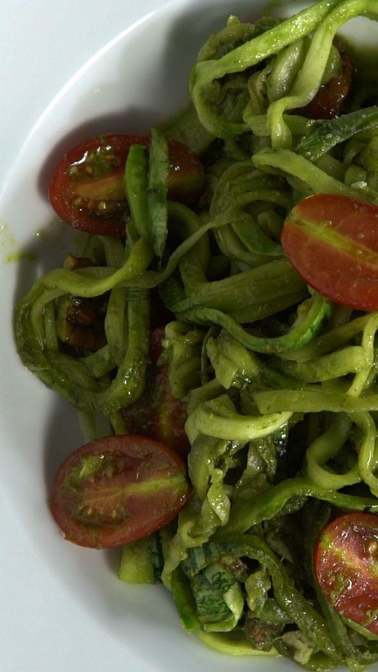 Receita com instruções em vídeo: Quer provar um macarrão diferente? Ingredientes: 2 abobrinhas italianas, folhas de ½  maço de manjericão, folhas de 1 maço de espinafre, 1 colher de sopa de suco de limão, 1 dente de alho , 1 xícara de azeite de oliva, sal a gosto, ½ xícara de parmesão ralado, ½ xícara de nozes picadas, 1 xícara de tomatinho cereja cortado ao meio