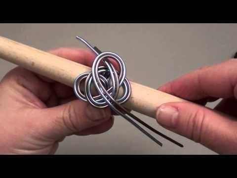 Bague et pendentif en fil d'alu on voit comment utiliser l'outil qui sert à faire les spires.