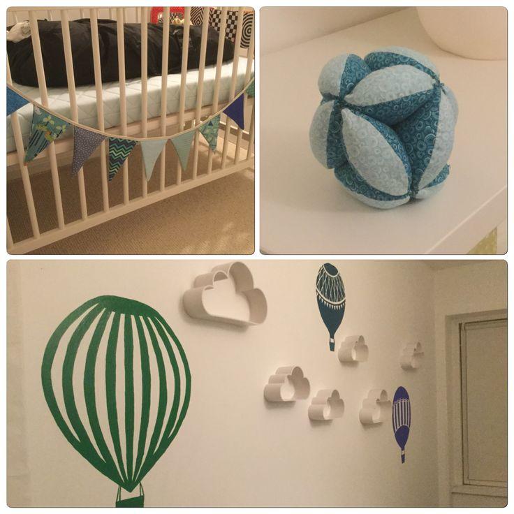 Storms værelse: Malede luftballoner og skyer fra Flying Tiger Copenhagen.  Vimpel på seng og syet gribebold