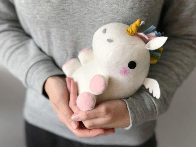 Geschenkidee für Einhornfans: Einhorn Geschenkbeutel zum Befüllen / gift idea for unicorn lovers: plush unicorn which can be filled with candy or other surprises made by Canufactum via DaWanda.com