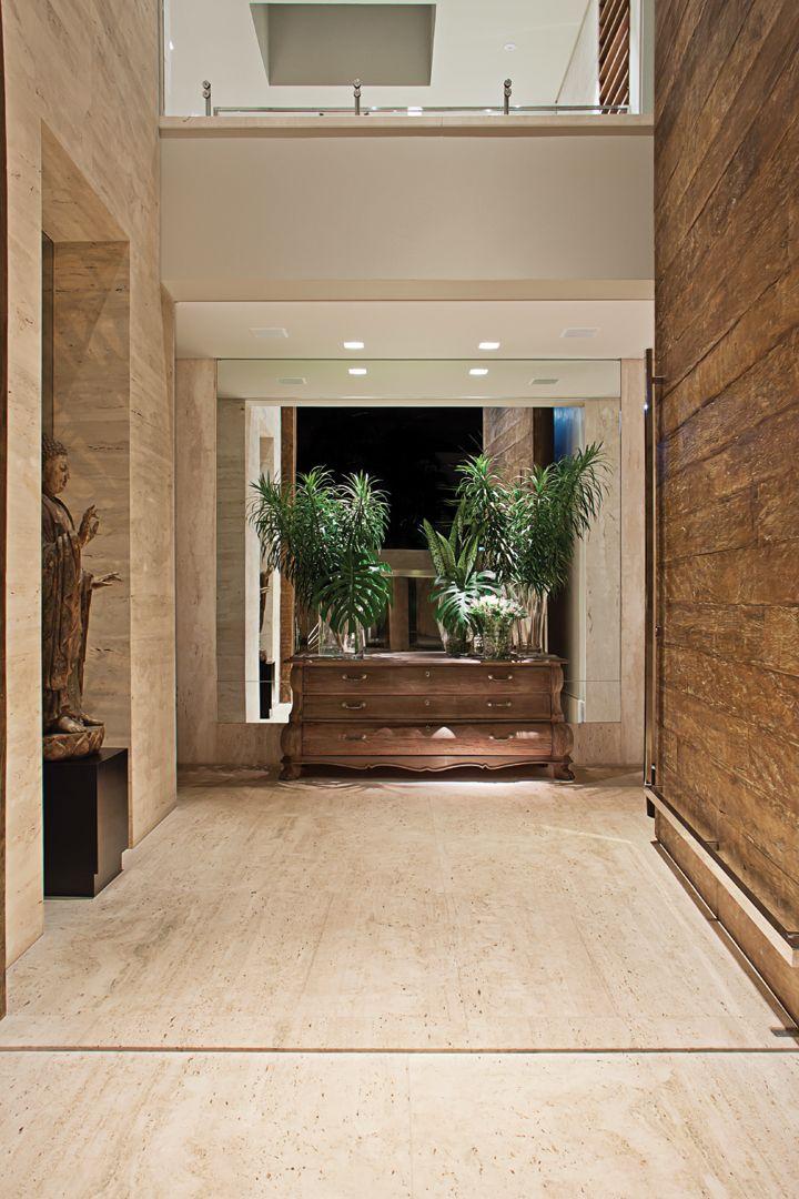 O hall de entrada com piso em mármore Travertino Bruto (Marmoraria Alvorada) .