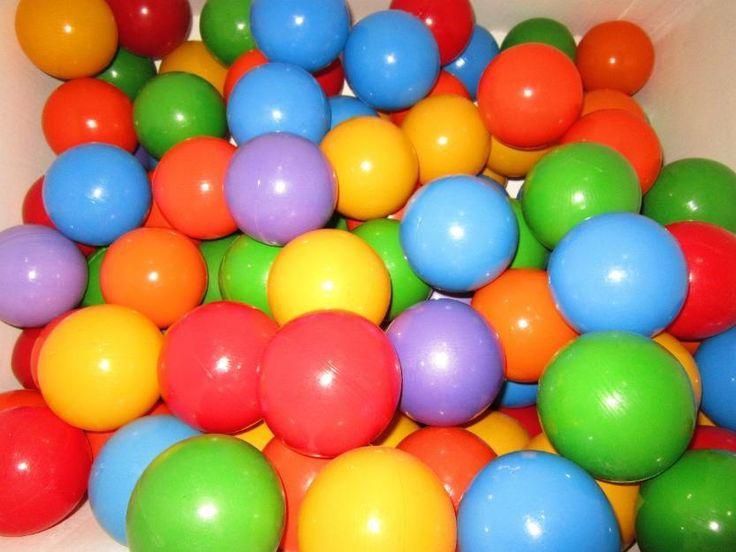 Actividad sobre los números cardinales con bolas de colores. Los niños/as en asamblea o en grupos de tres o cuatro, contarán las bolas de colores que estarán separadas por cajas. Los objetivos son conocer los números cardinales, los colores y saber diferenciarlos. Las competencias son lingüística, clasificación y autonomía.