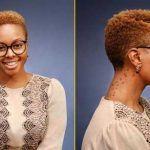 Las mujeres negras con cortes de pelo rizado natural cortos se ven muy elegante y de moda hacia adelante. Así que aquí nos hemos reunido 30 + súper corto peinados naturales para las mujeres Negro para que inspiras! Muchas mujeres que cuando tienes el cabello naturalmente rizado no se puede tener cortes de pelo corto. …